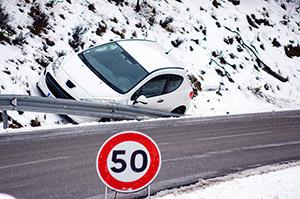Avtomobilski kasko in izlet s cestišča zaradi poledice.